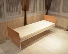 Металеві ліжка, матраци, тумби, шафи